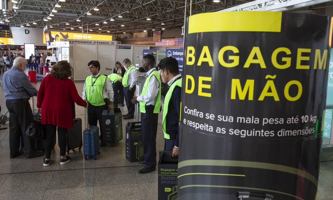 Fiscalização e cobrança de bagagem nos aeroportos Foto: Alexandre Cassiano / Agência O Globo