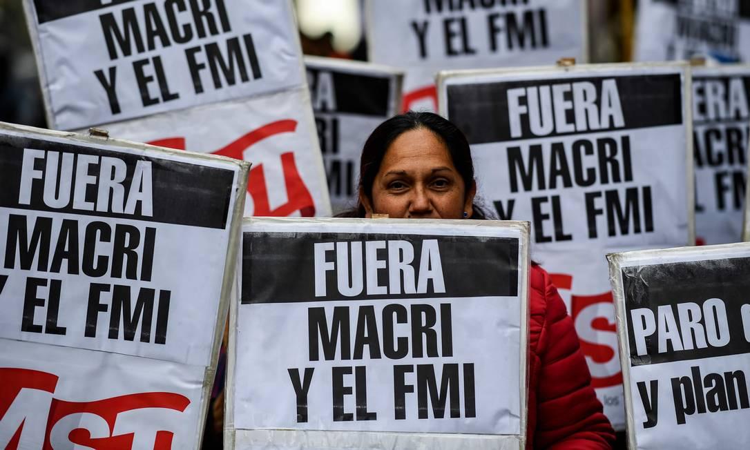 Manifestantes protestam na Av. Corrientes, em Buenos Aires, contra o governo de Mauricio Macri Foto: RONALDO SCHEMIDT / AFP