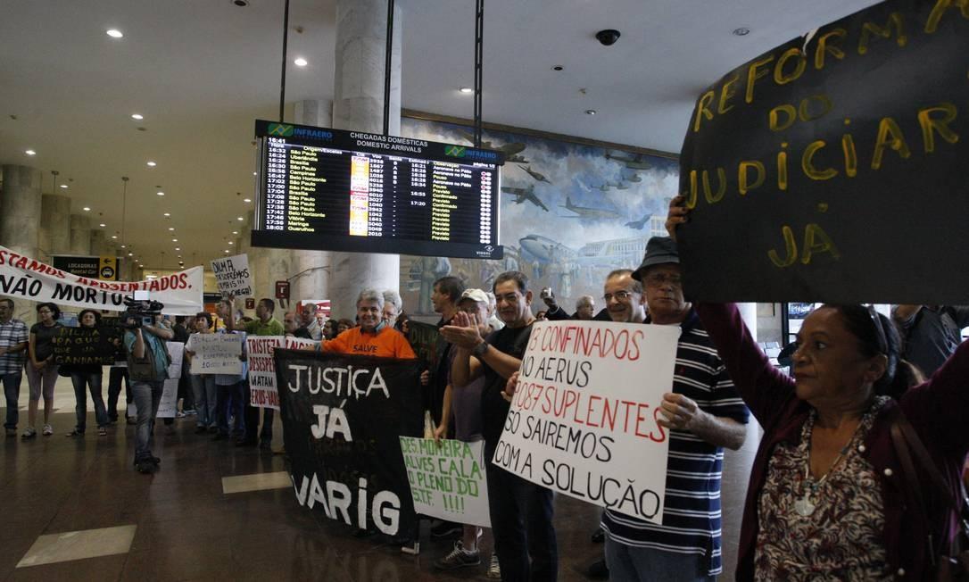Manifestação dos aposentados da Varig no aeroporto Santos Dumont, em 2013 Foto: Marcos Tristão / Agência O Globo