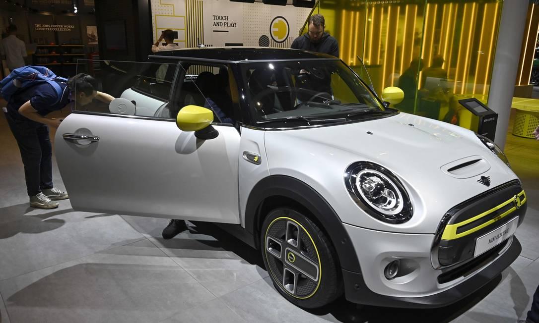 Um carro elétrico da Mini é exibido no estande da fabricante no Salão do Automóvel de Frankfurt Foto: Tobias Schwarz / AFP