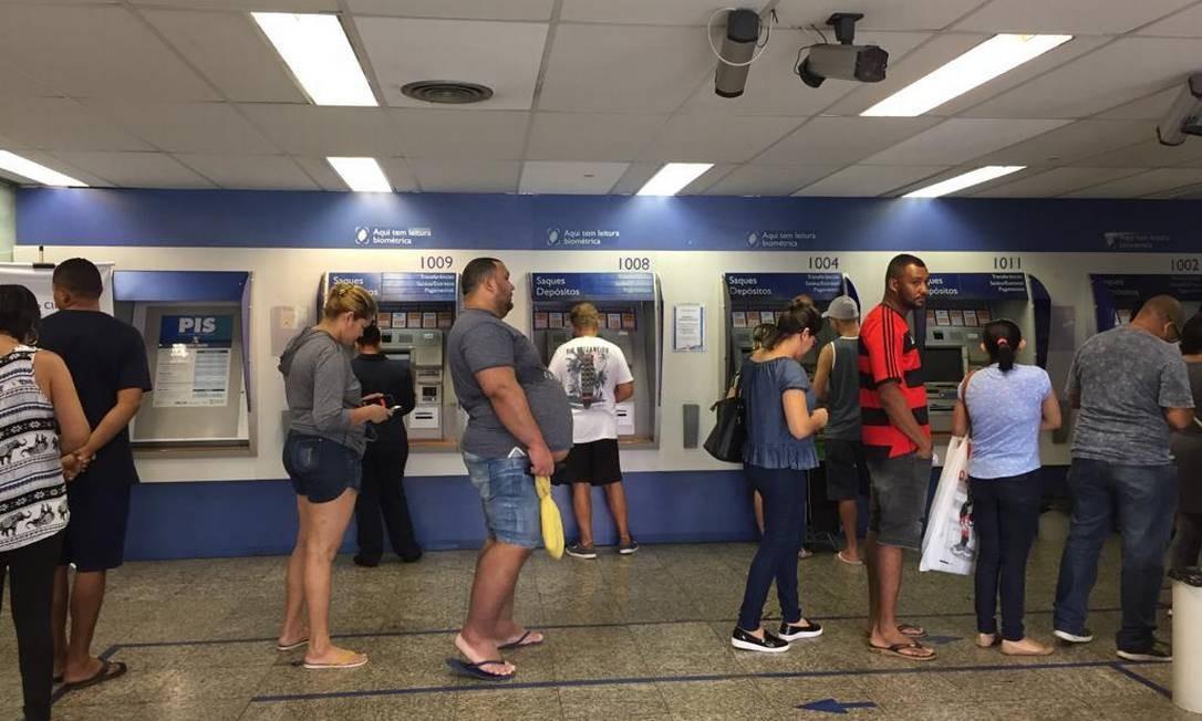 Fila na Caixa Econômica de Bonsucesso para retirada do FGTS Foto: Ana Branco
