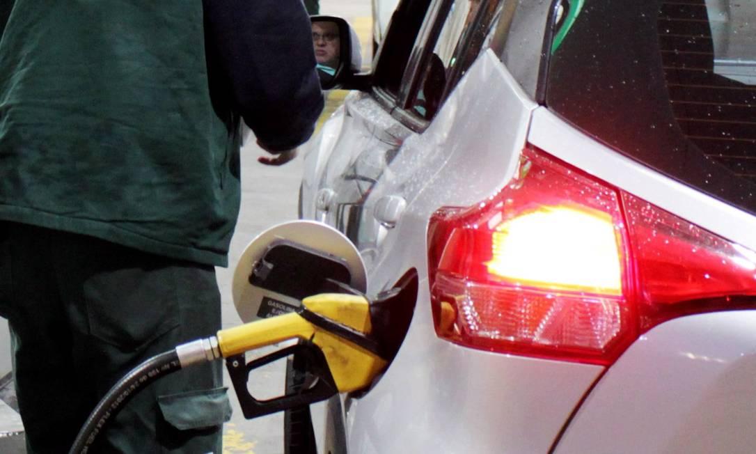 Preço da gasolina contribuiu para acelerar a inflação medida pelo IPCA-15 em novembro Foto: Paulo Nicolella / Agência O Globo