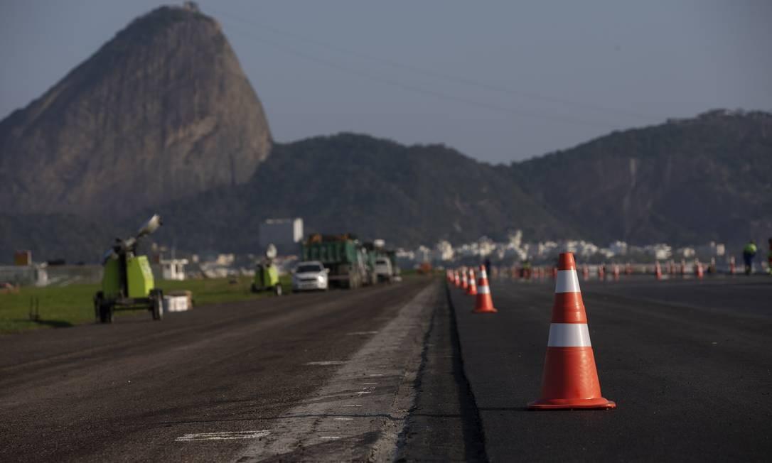 Obras na pista principal do aeroporto Santos Dumont, no Rio de Janeiro Foto: Alexandre Cassiano / Agência O Globo