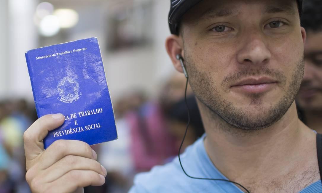 Walisson Machado, de 34 anos, tenta voltar à função de auxiliar de gráfica, que já exerceu com carteira assinada: usa o Bolsa Família para pagar passagem e seguir em busca de uma chance Foto: Edilson Dantas / Agência O Globo