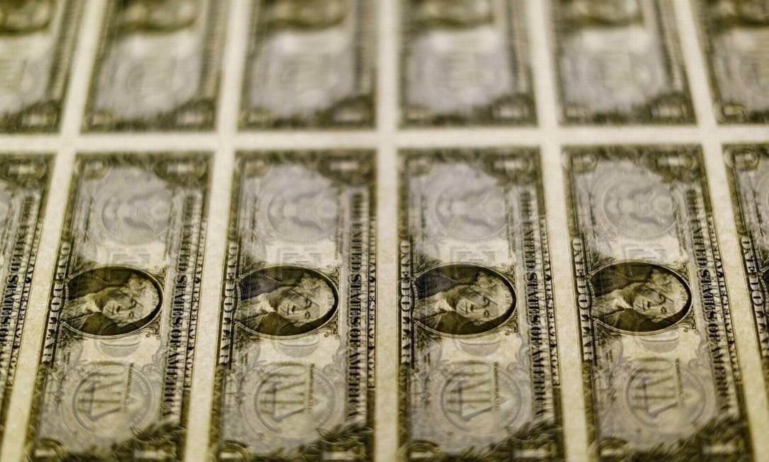 Dólar cai mais de 2%, negociado abaixo de R$ 5,10, menor patamar desde o fim de março