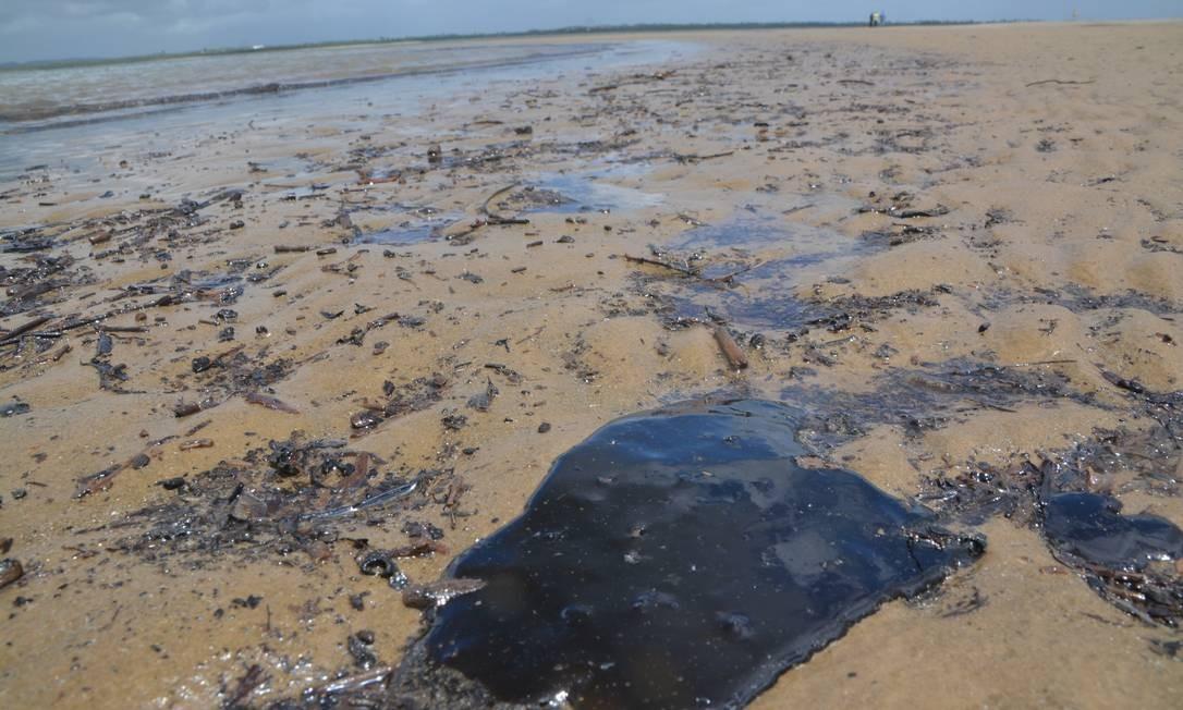 Mancha de óleo na Praia do Viral, em Aracaju Foto: Agência O Globo