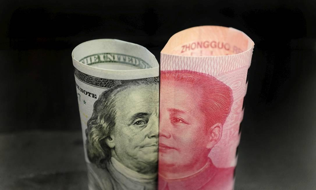 Notas de dólar e iuan Foto: Jason Lee / REUTERS