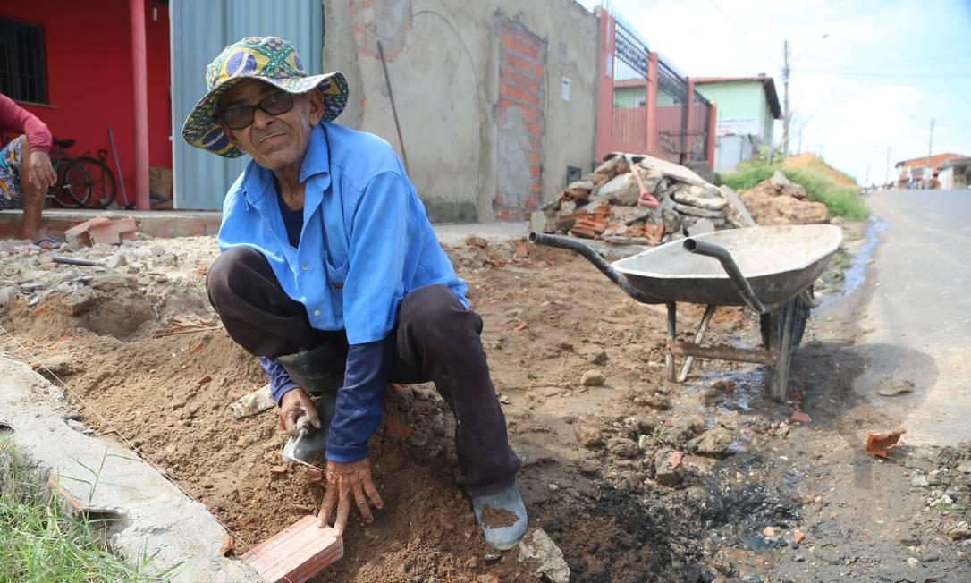 Pedreiro Francisco das Chagas Mendes conseguiu um trabalho este mês Foto: Efrém Ribeiro / Agência Globo