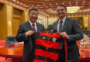 air Bolsonaro presenteia o presidente chinês, Xi Jiping, com agasalho do Flamengo Foto: Agência O Globo