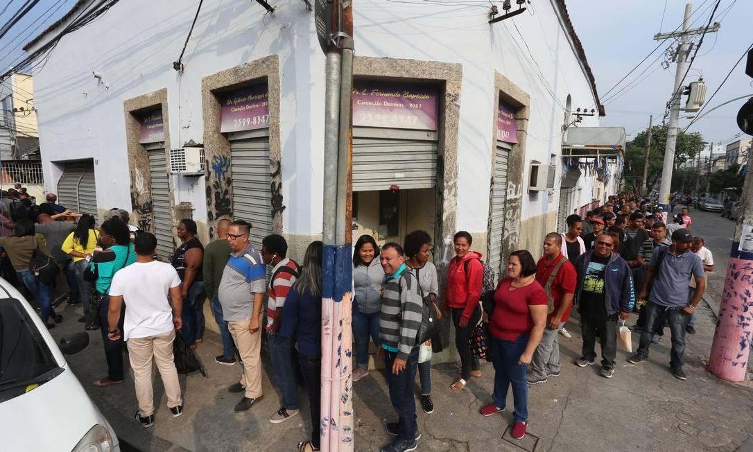 Fila de emprego no Rio: salários proporcionais e verbas indenizatórias devem ser informados de forma distinta na declaração de IR Foto: Fabiano Rocha / Agência O Globo