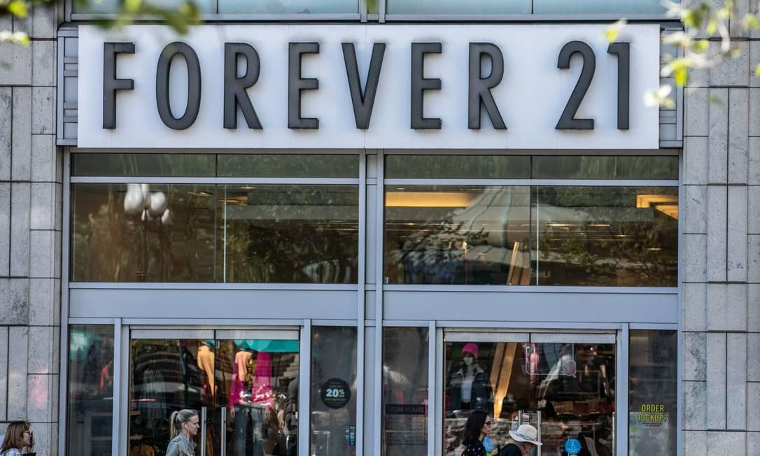 Pedestres passam em frente a uma loja da Forever 21 em Nova York Foto: Jeenah Moon / Bloomberg