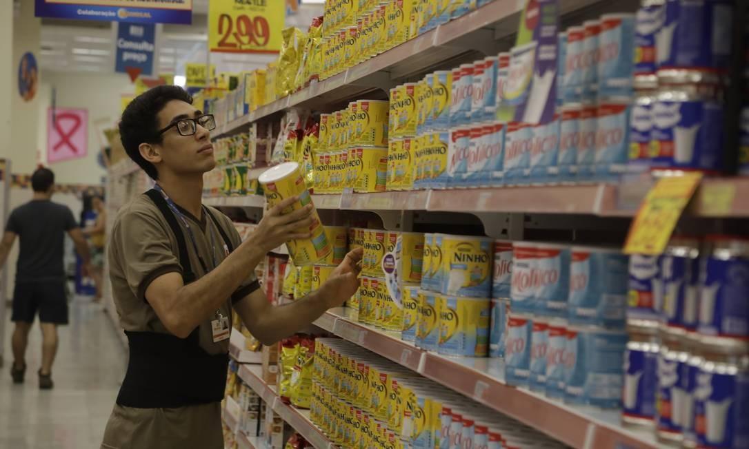 Depois do trabalho informal, como garçom e vigia, Israel Lima conseguiu vaga em uma rede de supermercados Foto: Custódio Coimbra / Agência O Globo