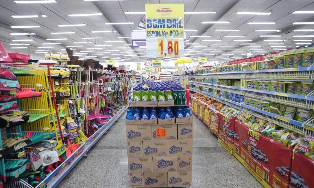 Produtos de limpeza em prateleiras de supermercado Foto: Márcio Alves / Agência O Globo