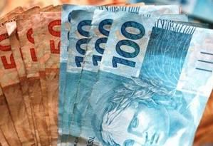 Com dinheiro do 13º salário, prioridade é pagar as contas em aberto Foto: Arquivo