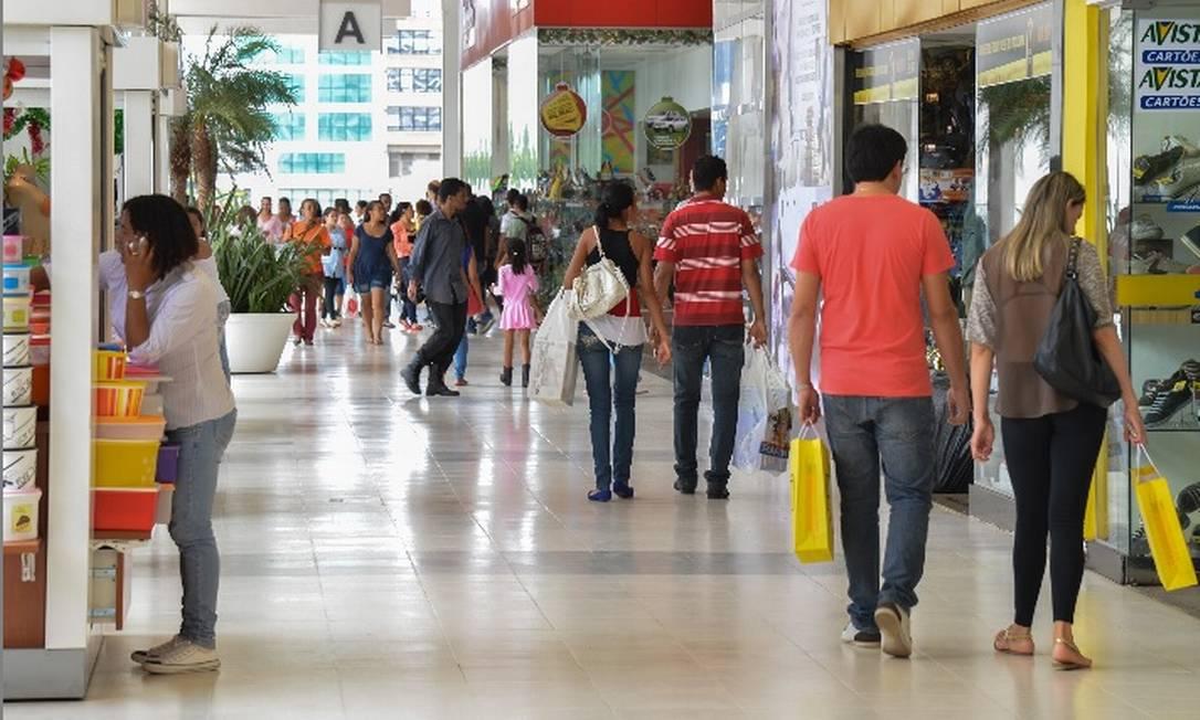 Consumidores fazem compra em shopping Foto: Valter Campanato- Agência Brasil