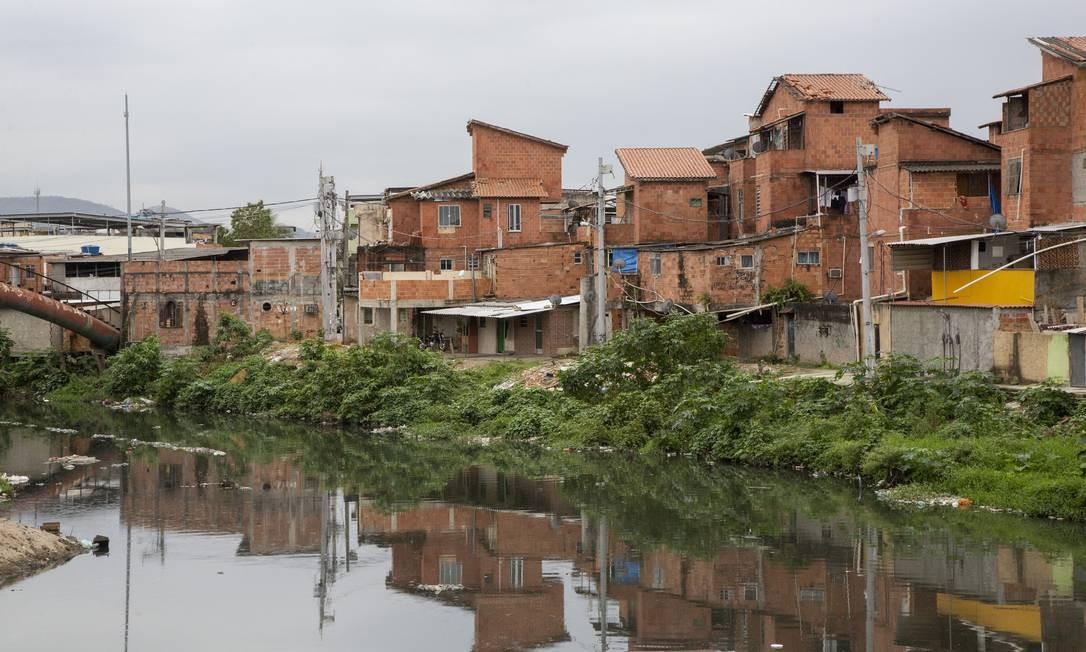 Esgoto a céu aberto desagua no rio Arroio Fundo, na Estrada do Gabinal Foto: Bruno Kaiuca / Agência O Globo