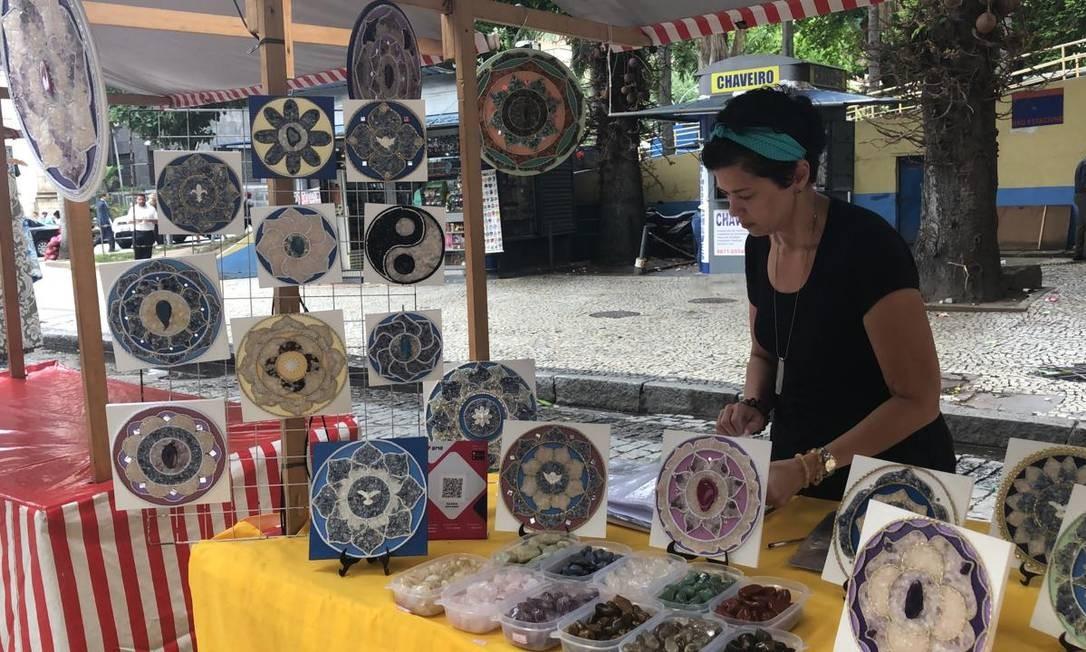 A artesã Elaine Oliveira, de 45 anos, vende mandalas em feiras e pelo Instagram. Operação on-line a atraiu Foto: Letycia Cardoso / Agência O Globo