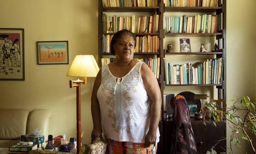 Tânia Regina Cabiúna da Silva trabalha em casa de família há 24 anos. Ela começou sua vida de trabalho no serviço administrativo, mas as sucessivas crises econômicas a levaram a mudar de atividade Foto: Leo Martins / Agência O Globo