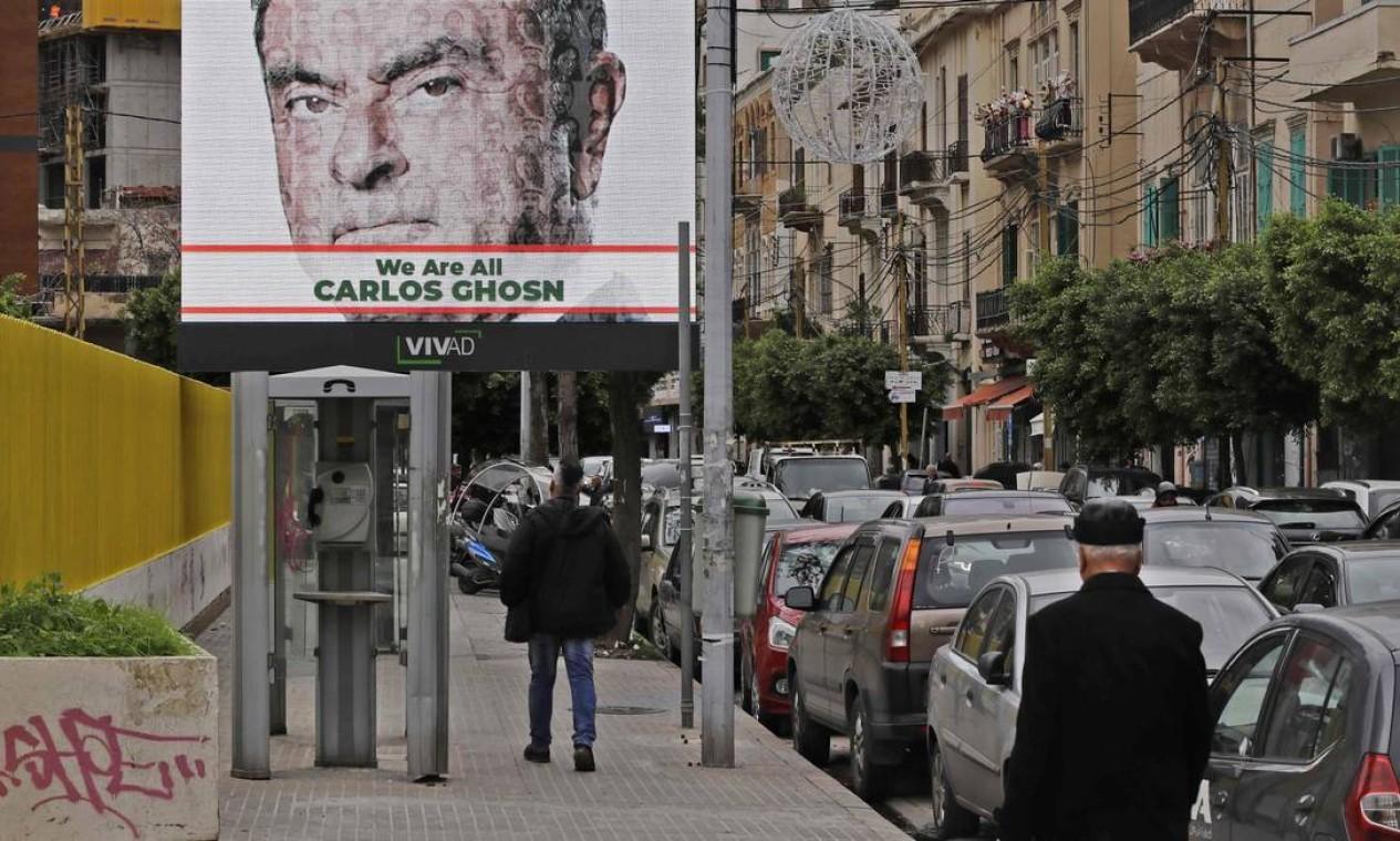 Carlos Ghosn desembarcou no Líbano, no dia 29 de dezembro de 2019. A foto mostra outdoor declarando apoio ao ex-CEO da Nissan em Beirute Foto: Joseph Eid / AFP