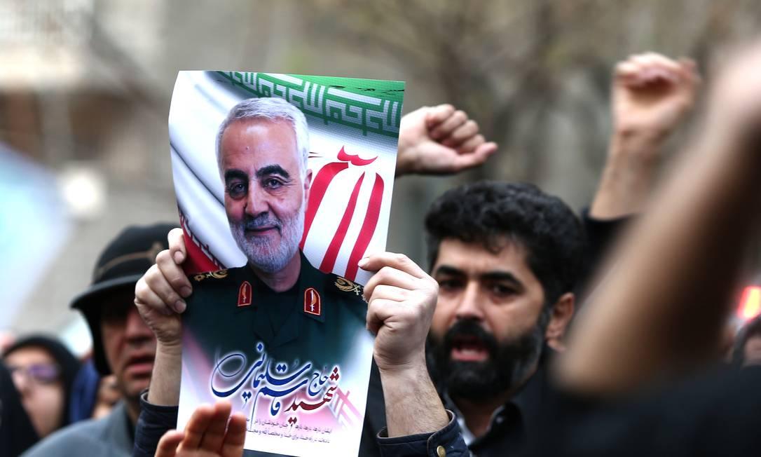 Manifestante iraniano leva cartaz com a foto de Qassem Soleimani, que dirigia a força de elite da Guarda Revolucionária iraniana Foto: WANA NEWS AGENCY / VIA REUTERS