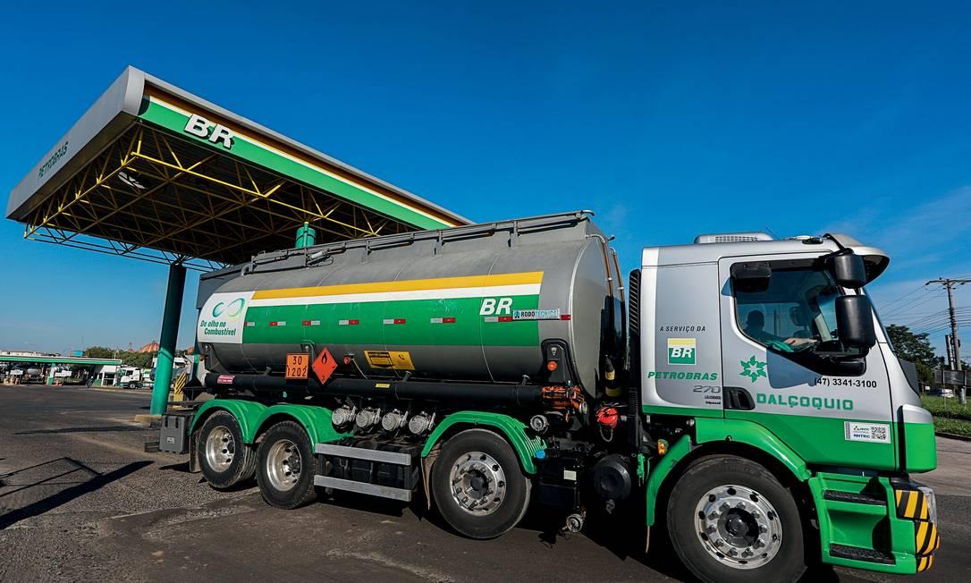 Caminhão com combustível deixa refinaria Alberto Pasqualine Foto: Diego Vara / Reuters
