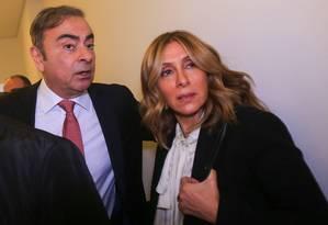 Carlos Ghosn (ao centro) chega com sua mulher Carole para a coletiva de imprensa em Beirute, quando explicou seus motivos para se fugir do Japão Foto: - / AFP