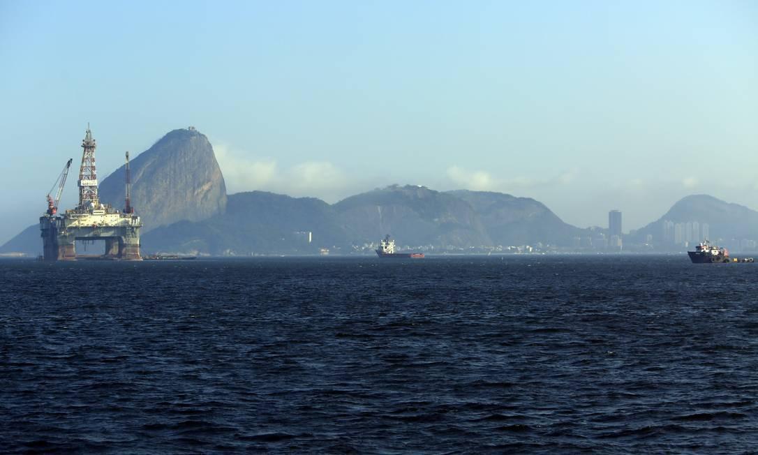 Plataforma de petróleo na Baía de Guanabara Foto: Bloomberg / Agência O Globo
