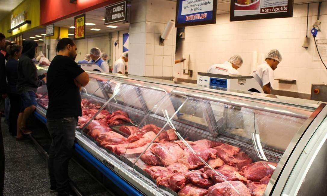 Preços dos alimentos e bebidas pressionaram inflação, com destaque para carnes, que tiveram alta de 4,83% Foto: Agência O Globo