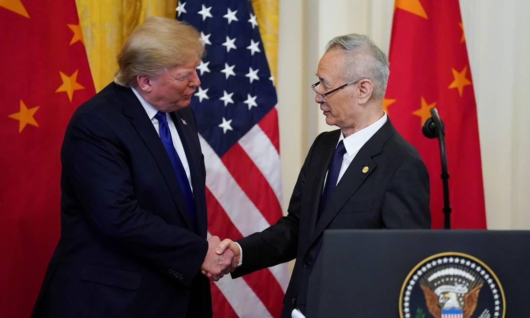 Trump aperta a mão do vice-primeiro-ministro chinês, Liu He, após assinatura de acordo comercial Foto: Kevin Lamarque / Reuters
