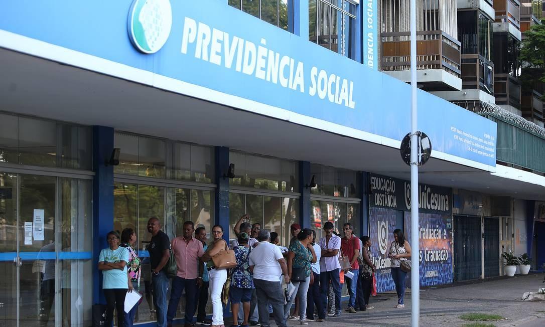 Fila para atendimento na agência do INSS da Asa Sul, em Brasília, aguardando a abertura da agência Foto: Jorge William / Agência O Globo