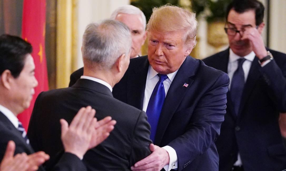 Trump cumprimenta o vice-primeiro-ministro chinês, Liu He, após assinatura de acordo comercial Foto: Mandel Ngan / AFP