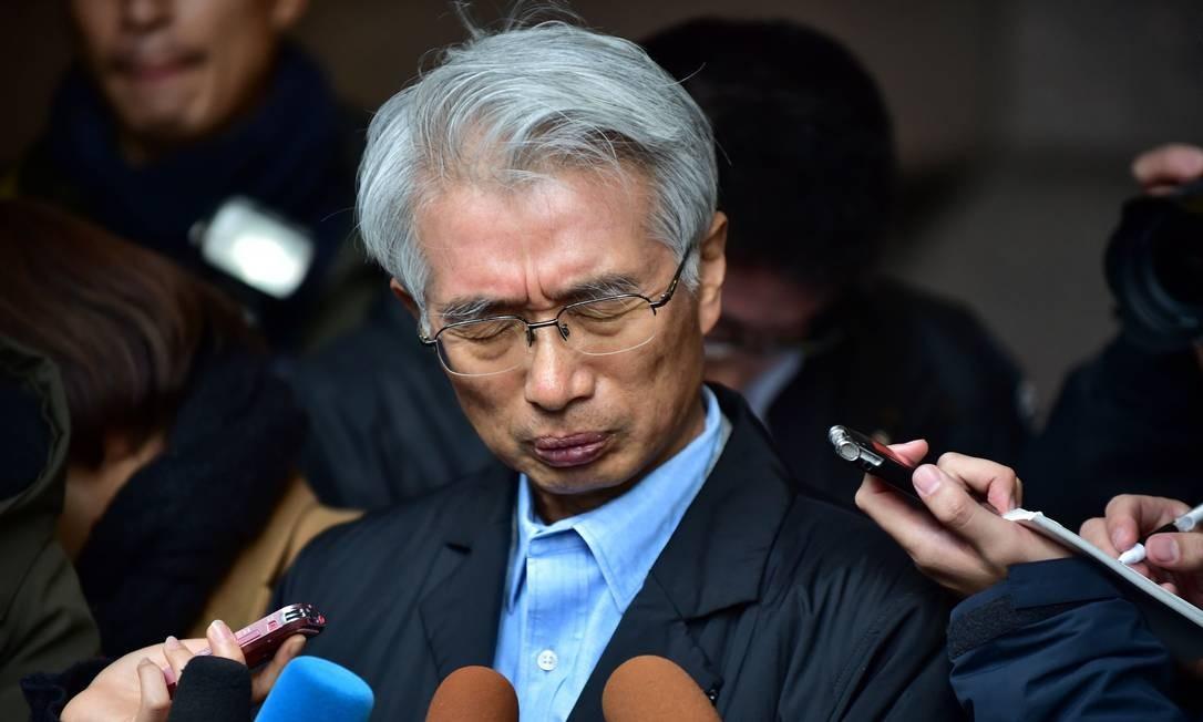 Nesta foto de arquivo tirada em 31 de dezembro de 2019, o advogado japonês de Carlos Ghosn, Junichiro Hironaka, fala à imprensa fora de seu escritório em Tóquio. Foto: Kazuhiro Nogi / AFP