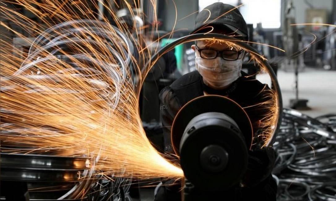 Trabalhador em fábrica na China Foto: Reuters