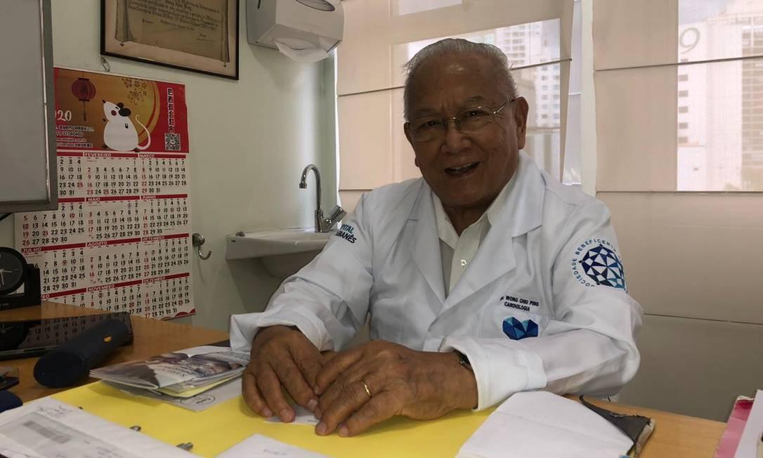 """""""A comunidade está muito mais aberta e participativa. Isso é bom para nós e para os brasileiros"""", diz Wong Chiu Ping, cardiologista de 83 anos. No Brasil desde 1951 — quando, aos 15, chegou com a família após 83 dias num navio, fugindo da revolução comunista —, virou um dos mais proeminentes membros da comunidade, após dirigir a cardiologia do Hospital da USP e atuar, até hoje, no hospital Sírio-Libanês. Foto: Divulgação / Acervo pessoal"""