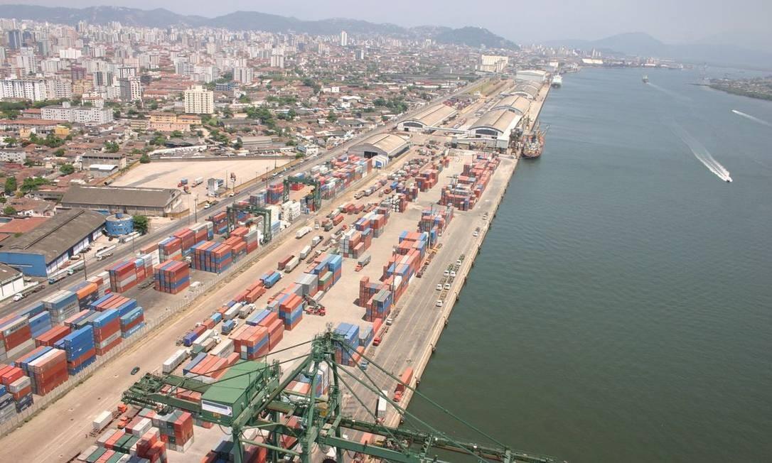 Porto de Santos, em São Paulo: queda nas exportações levaram país a ter rombo nas contas externas Foto: Agência Brasil