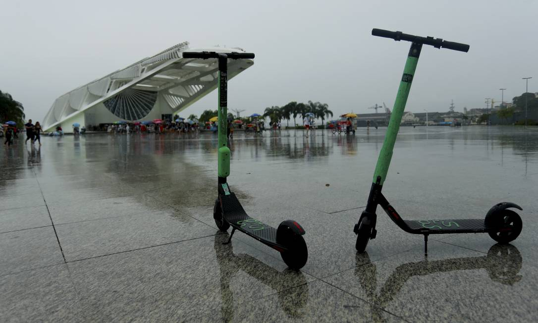 Patinetes nas calçadas do Rio Foto: Marcelo Theobald / Agência O Globo