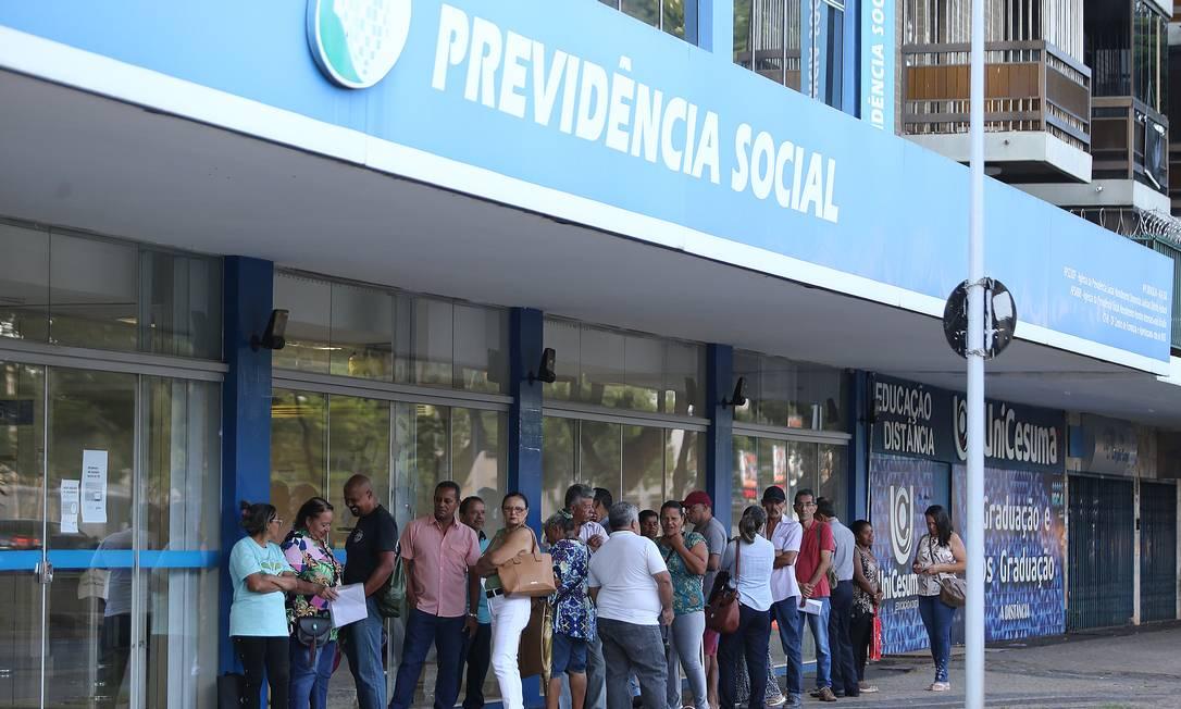 Fila em agência do INSS em Brasília Foto: Jorge William / Agência O Globo