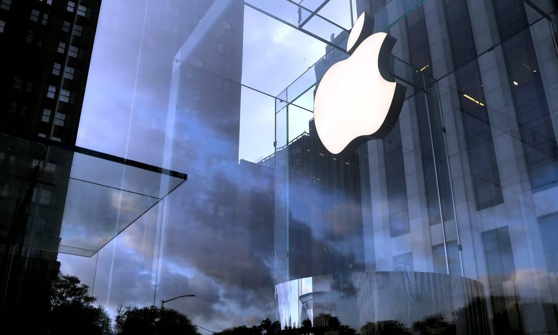 Logo da Apple na entrada daloja situada na 5ª Avenida, em Nova York Foto: Mike Segar / Reuters