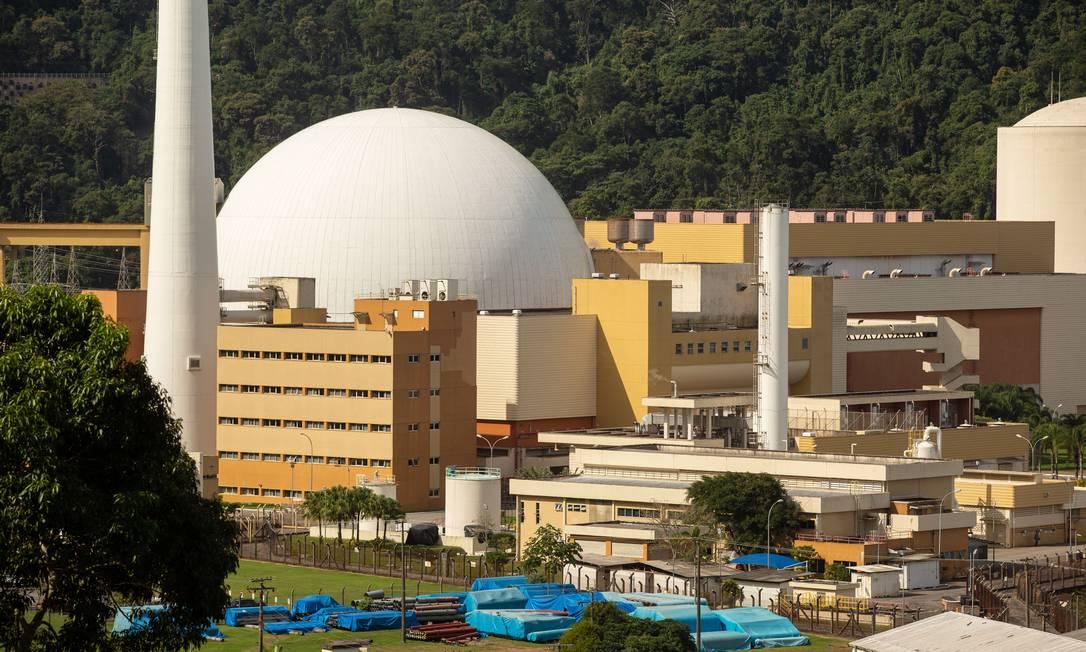 O complexo nuclear de Angra dos Reis, no Rio: possível paralisação de usinas não traz risco de desabastecimento, mas pode encarecer custo da energia Foto: Brenno Carvalho / Agência O Globo