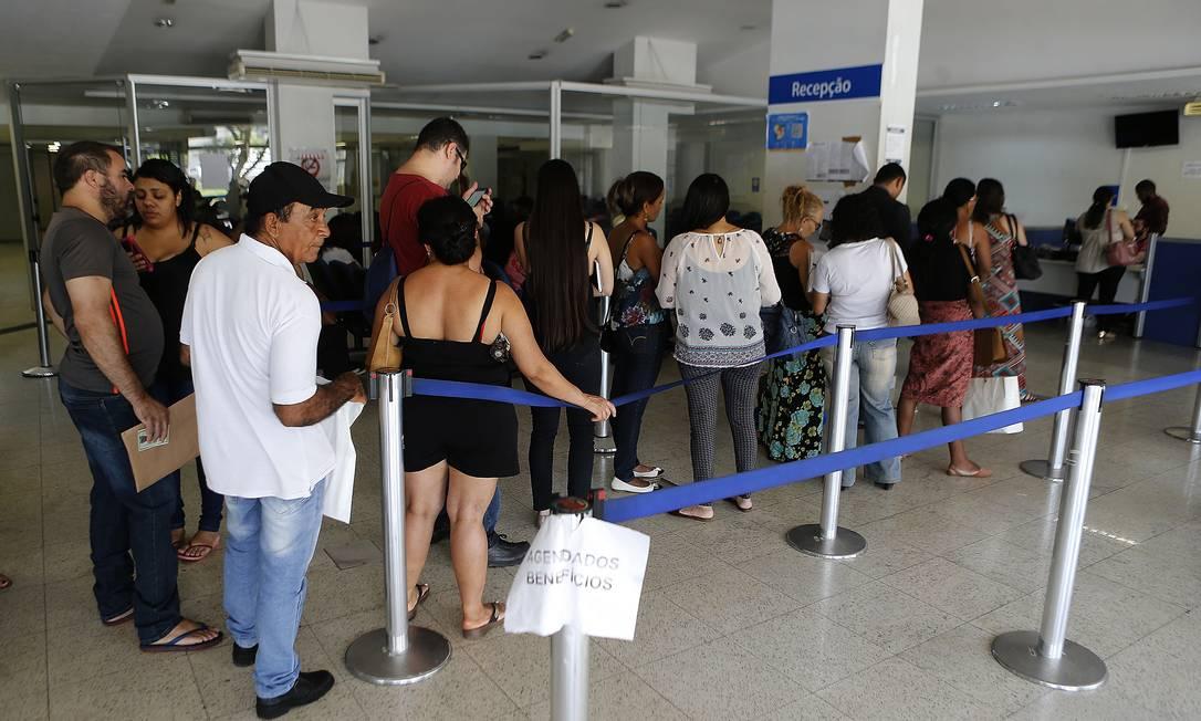 Fila para atendimento em agência do INSS em Brasília Foto: Jorge William / Agência O Globo