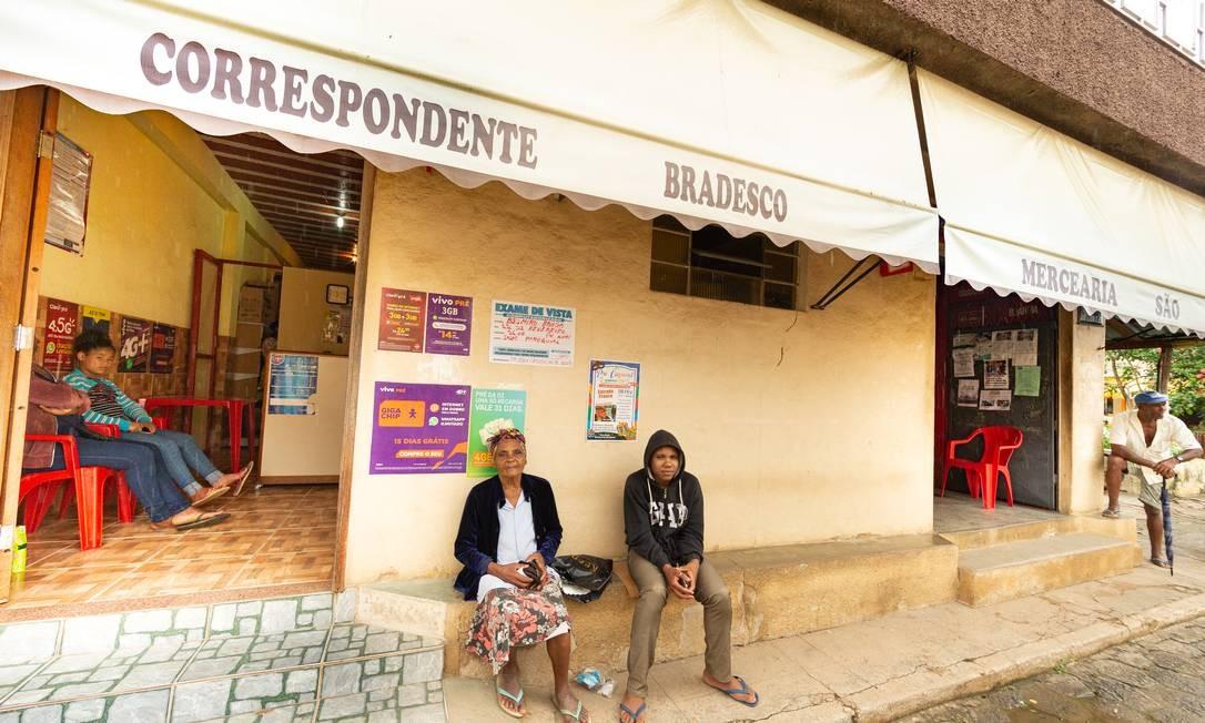 A aposentada Marina da Cruz, de 86 anos, aguarda do lado de fora do posto bancário de Belmiro Braga (MG) Foto: Roberto Moreyra / Agência O Globo
