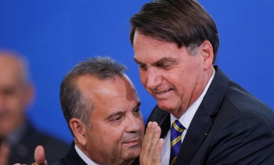 Presidente Jair Bolsonaro cumprimenta Rogério Marinho em sua posse no Desenvolvimento Regional Foto: Adriano Machado / Reuters