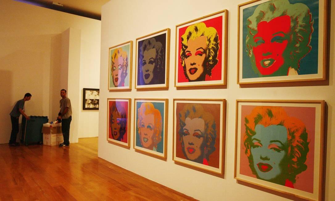 Montagem de uma exposição de Andy Warhol na Pinacoteca, em São Paulo - 2010 Foto: Agência O Globo