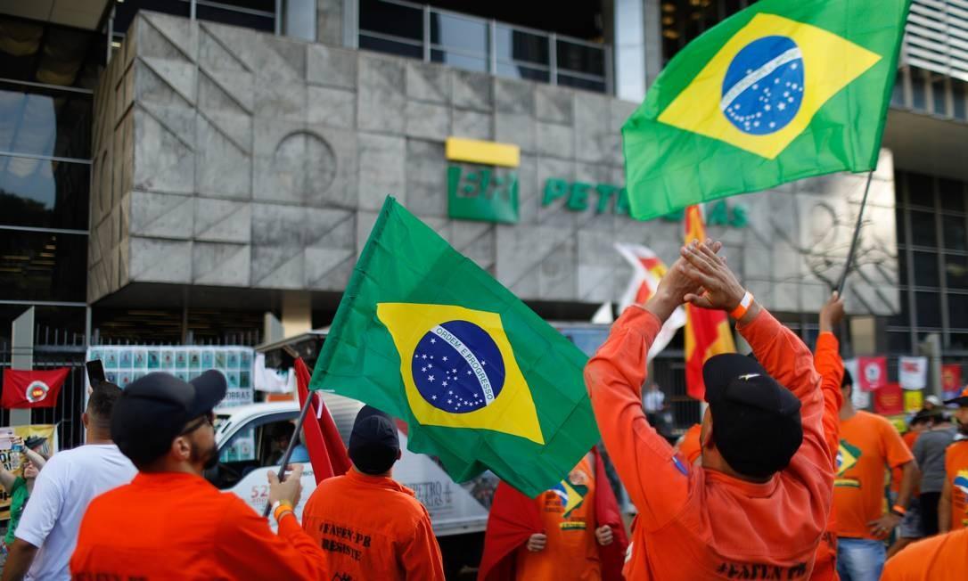 Manifestação de petroleiros na sede da Petrobras, no Rio Foto: Brenno Carvalho / Agência O Globo