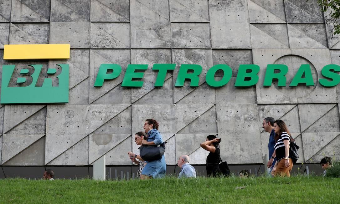 Pedestres caminham em frente à sede da Petrobras, no Rio Foto: Sergio Moraes / Reuters