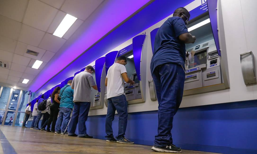 Agência da Caixa Econômica no Centro do Rio: pagamentos serão escalonados Foto: Marcelo Régua / Agência O Globo