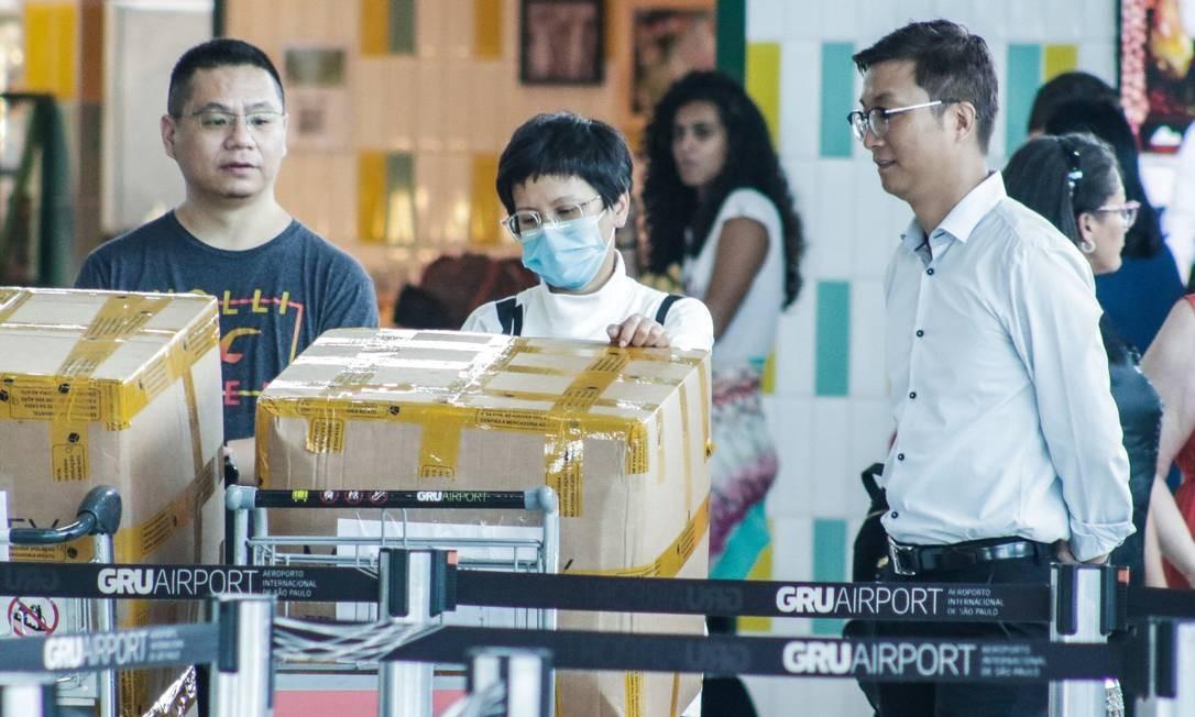Coronavírus: passageiros e prestadores de serviço usam máscaras de proteção com medo de infecção, em Guarulhos Foto: TheNews2 / Agência O Globo