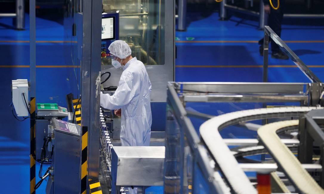 Coronavírus: trabalhador em fábrica de produtos lácteos em Pequim usa uma máscara de proteção durante o expediente Foto: Thomas Peter / Reuters
