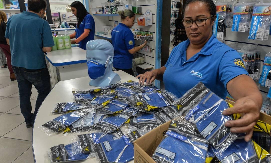 Funcionária de uma fábrica de máscaras respiratórias em São Paulo Foto: Nelson Almeida / AFP