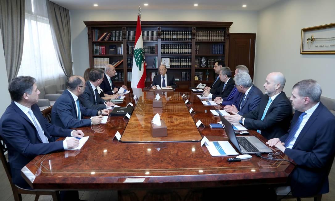 O Presidente do Líbano, Michel Aoun, lidera uma reunião com o Primeiro-Ministro Hassan Diab, o Presidente do Parlamento Nabih Berri e o Governador do Banco Central do Líbano, Riad Salameh Foto: Dalati Nohra / Reuters